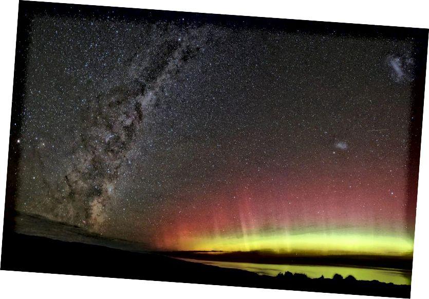 Рознакаляровая паўночная зорка, намаляваная Млечным Шляхам праз Новую Зеландыю, магчымая, калі ўваходныя зараджаныя часціцы ўдараюць па розных слаях і элементах, якія прысутнічаюць у атмасферы. (Бэн (seabirdnz) з Flickr)