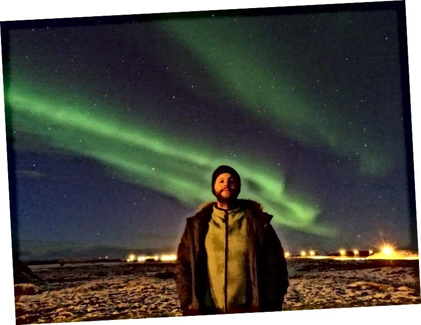 Ураджэнец Ісландыі Ірын Кары Карлсан прыняў гэтыя фатаграфіі ў сакавіку як свой першы эксперымент з фатаграфіяй Аўроры. Карыстаючыся штатывам і 15–30 секунднай экспазіцыяй, ён змог зрабіць гэтыя захапляльныя вобразы аднаго з самых відовішчных прыродных з'яў прыроды. (Ірын Кары Карлсан)