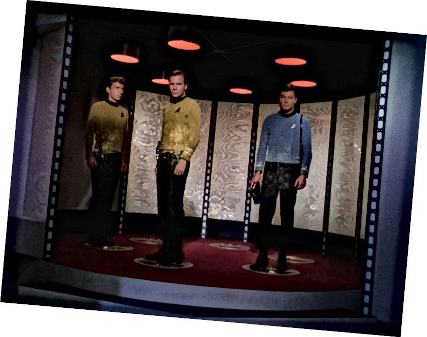 स्टार ट्रेक चालक दल के तीन सदस्य जहाज से नीचे उतरे। छवि क्रेडिट: सीबीएस फोटो आर्काइव / गेटी इमेजेज़।