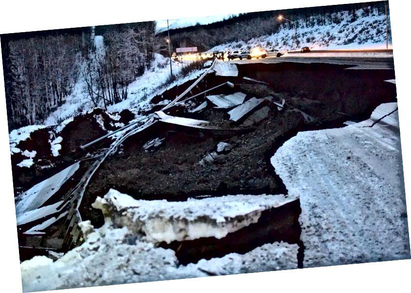 Die Polizei blockiert den Verkehr auf dem südlichen Glenn Highway nördlich von Anchorage, Alaska, als Reaktion auf schwere Autobahnschäden, die in der Nähe des Mirror Lake durch ein Erdbeben der Stärke 7,0 um 8:29 Uhr am 30. November 2018 verursacht wurden. Das Beben verursachte massive strukturelle Schäden in Anchorage und Umgebung Gemeinden, aber es gab keinen Verlust von Leben oder schwere Verletzungen. (GETTY)