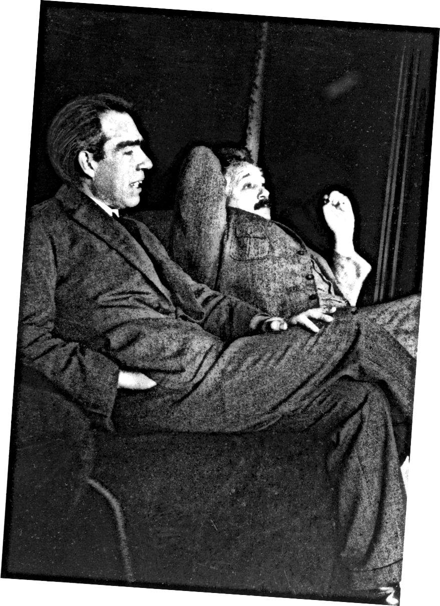 Niels Bohr und Albert Einstein diskutierten 1925 in der Heimat von Paul Ehrenfest über sehr viele Themen. Die Bohr-Einstein-Debatten waren eines der einflussreichsten Ereignisse während der Entwicklung der Quantenmechanik. Heute ist Bohr am bekanntesten für seine Quantenbeiträge, aber Einstein ist besser bekannt für seine Beiträge zur Relativitätstheorie und zur Massenenergieäquivalenz. Was die Helden angeht, hatten beide Männer enorme Mängel sowohl in ihrem beruflichen als auch in ihrem persönlichen Leben. (PAUL EHRENFEST)
