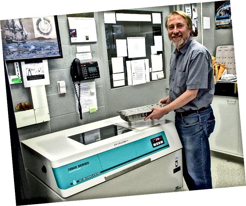 Ο Richard Lenski με ένα δίσκο φιαλών από το μακροχρόνιο πείραμα εξέλιξης στο εργαστήριό του στο Michigan State University στις 26 Μαΐου 2016. (Φωτογραφική πίστωση: Zachary Blount)