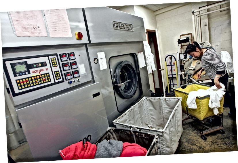 Un lavoratore della Sohn's French Cleaners ordina i vestiti accanto a una macchina lavasecco Greentech che utilizza prodotti chimici ecologici il 29 gennaio 2007 a San Francisco, in California. Foto: Justin Sullivan / Getty Images
