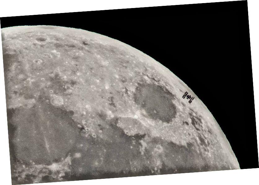 Ο Διεθνής Διαστημικός Σταθμός (ISS) φαίνεται να σκιαγραφείται ενάντια στη Σελήνη. Πιστωτική εικόνα: NASA / Bill Ingalls