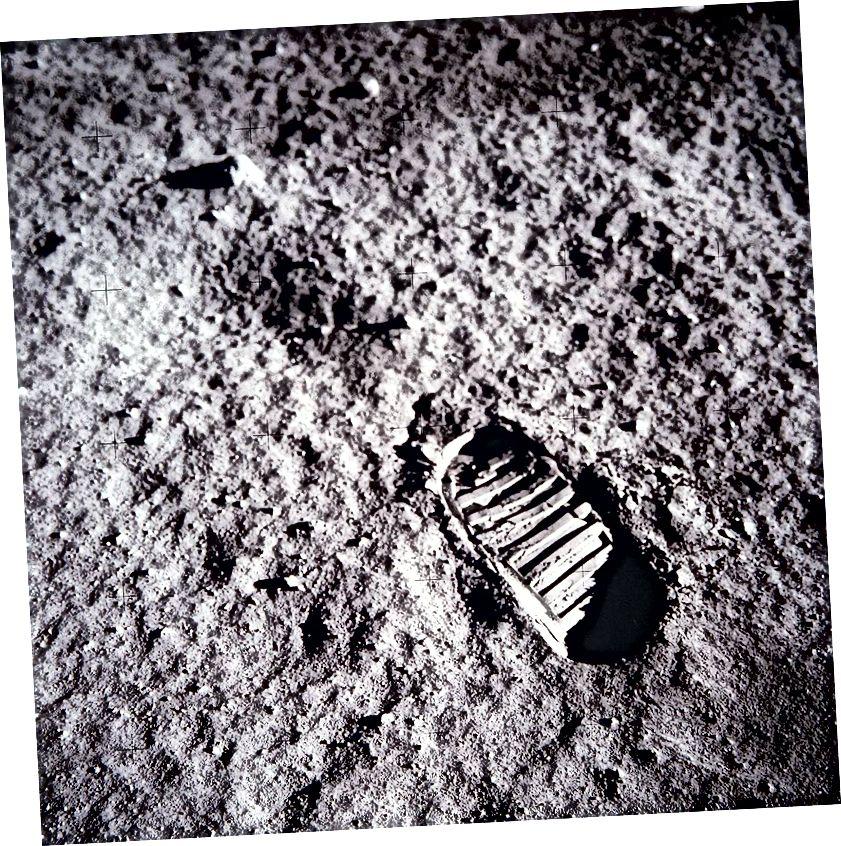 Bootprint sulla superficie lunare. Per gentile concessione della NASA.