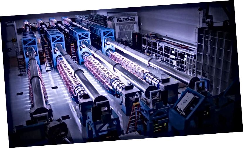 Verstärker für die OMEGA-EP der Universität von Rochester, die von Blitzlampen beleuchtet werden, könnten einen US-amerikanischen Hochleistungslaser antreiben, der in sehr kurzen Zeiträumen arbeitet. Bildnachweis: Universität Rochester, Labor für Laserenergie / Eugene Kowaluk.