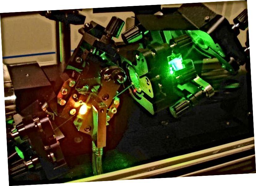 Teil eines Ti-Saphir-Lasers; das hellrote Licht links ist das Ti: Saphirglas; Das hellgrüne Licht ist gestreutes Pumplicht von einem Spiegel. Bildnachweis: Wikimedia Commons-Benutzer Hankwang.