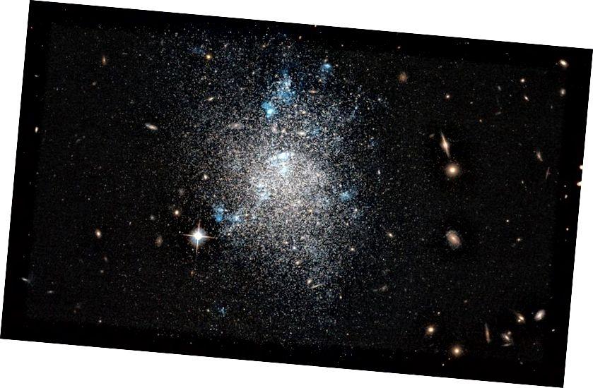 Zwerggalaxie NGC 5477 ist eine von vielen unregelmäßigen Zwerggalaxien. Die blauen Regionen weisen auf eine neue Sternentstehung hin, aber viele solcher Galaxien haben in vielen Milliarden Jahren keine neuen Sterne gebildet. Wenn die Idee der Erwärmung der Dunklen Materie richtig ist, würden Sie erwarten, dass die Massenprofile für Zwerggalaxien basierend auf ihrer gesamten Sternentstehungsgeschichte unterschiedlich aussehen. (ESA / HUBBLE UND NASA)