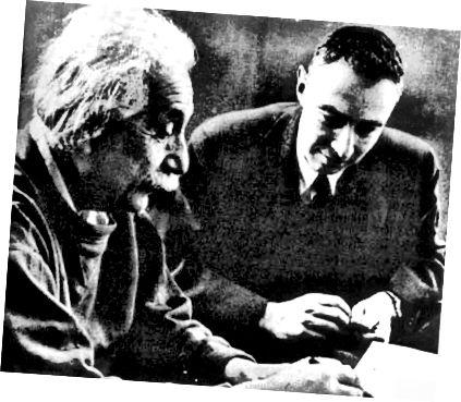 Альберт Эйнштэйн і Дж. Роберт Оппенгеймер у 1950 г. Гэта была рэкламная фатаграфія, бо фізікі на самой справе не мелі шмат нічога агульнага, але без карціны Эйнштэйна нельга мець гісторыю з чорнай дзіркай. Працы Оппенгеймера дапамаглі паказаць, што чорныя дзіркі былі непазбежным вынікам гравітацыйнага крушэння вельмі масіўных зорак. На здымку: Агенцтва ўрада ЗША па зніжэнні пагрозы абароны