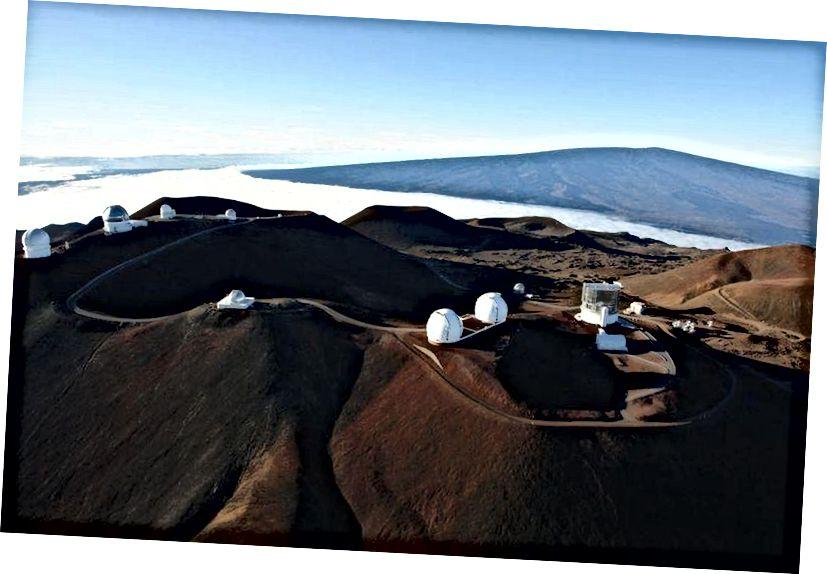 Đỉnh Mauna Kea chứa nhiều kính viễn vọng mạnh mẽ, tiên tiến nhất thế giới. Điều này là do sự kết hợp của vị trí xích đạo của Mauna Kea, độ cao lớn, chất lượng nhìn thấy và thực tế là nó nói chung, nhưng không phải lúc nào cũng ở trên đường mây. (Hợp tác với Kính viễn vọng Subaru)