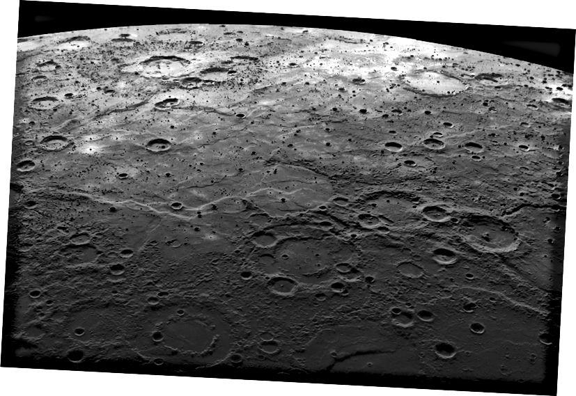 MESSENGER-ova slika s letača Merkura koji prikazuje kratere natopljene lavom i velika prostranstva glatkih vulkanskih ravnica na planeti. Izvor: Wikipedia