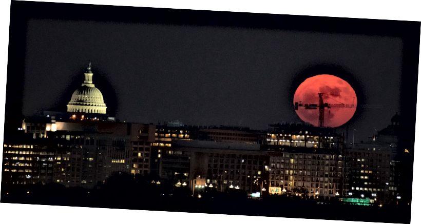 Bulan purnama ini, pada 3 Desember 2017 terlihat dari Washington, DC tampak besar di cakrawala. Dengan foto, efeknya dapat diperbesar lebih lanjut dengan lensa telefoto. Foto: NASA / Bill Ingalls