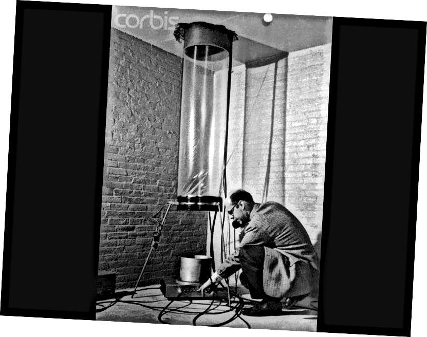 Fisiceoir Glen Rebka, ag bun íochtarach Jefferson Towers, Ollscoil Harvard, ag glaoch ar an Ollamh Pound ar an bhfón le linn an turgnamh cáiliúil Pound-Rebka a chur ar bun. (OLLSCOIL NA MEÁIN CORBIS / HARVARD)