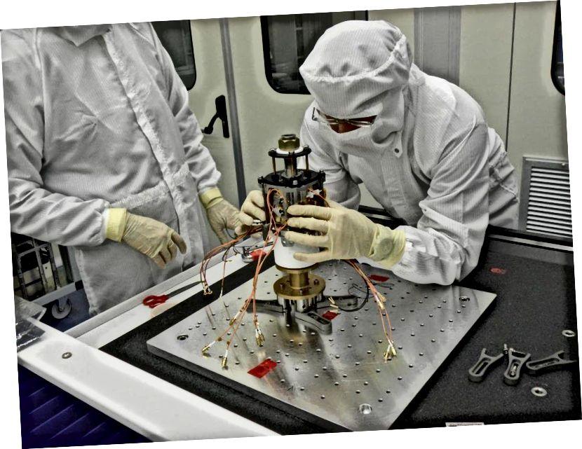 Кубікі з залаціста-плацінавага сплава, якія маюць галоўнае значэнне для будучай місіі LISA, ужо пабудаваны і пратэставаны ў рамках місіі LISA Pathfinder. На гэтым малюнку паказана зборка адной з інерцыяльных датчыкаў для тэхналагічнага пакета LISA (LTP). Удасканаленне методыкі ўліку шуму ньютонаў у эксперыменце можа значна палепшыць адчувальнасць LISA. (CGS SPA)