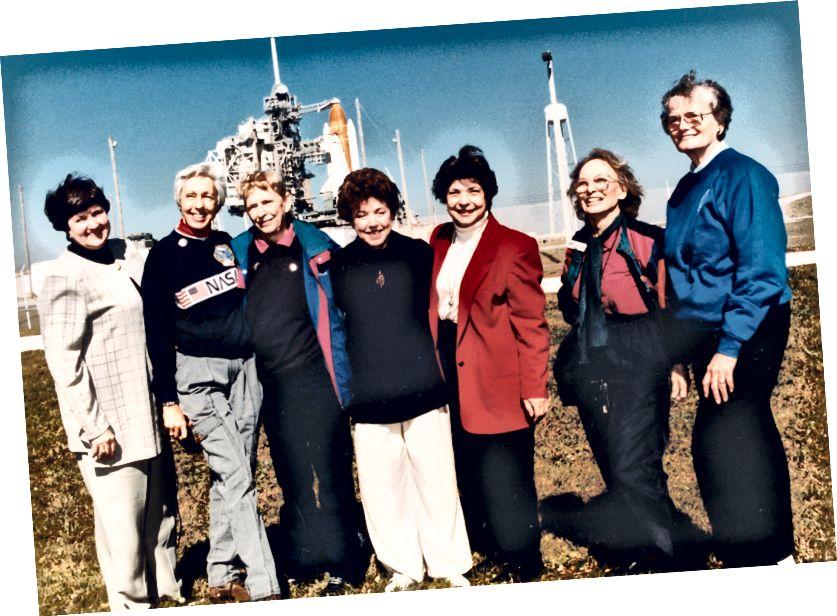Nel 1995, Cobb (terzo da sinistra) fu invitato a guardare il lancio della prima missione spaziale americana pilotata da una donna. Da sinistra a destra sono: Gene Nora Jessen, Wally Funk, Jerrie Cobb, Jerri Truhill, Sarah Ratley, Myrtle Cagle e Bernice Steadman. Credito d'immagine: NASA