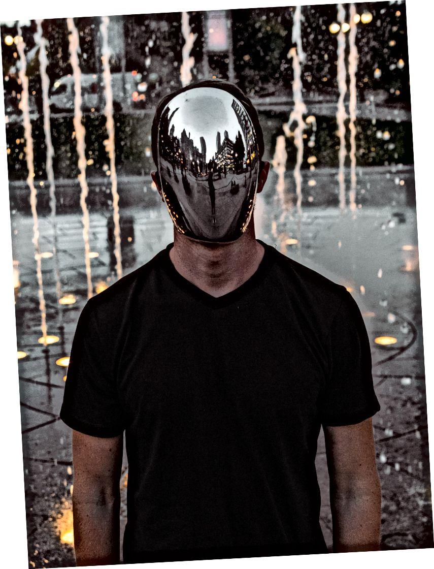 Neki ljudi jednostavno nose masku nego drugi. Fotografiju Alex Iby na Unsplash