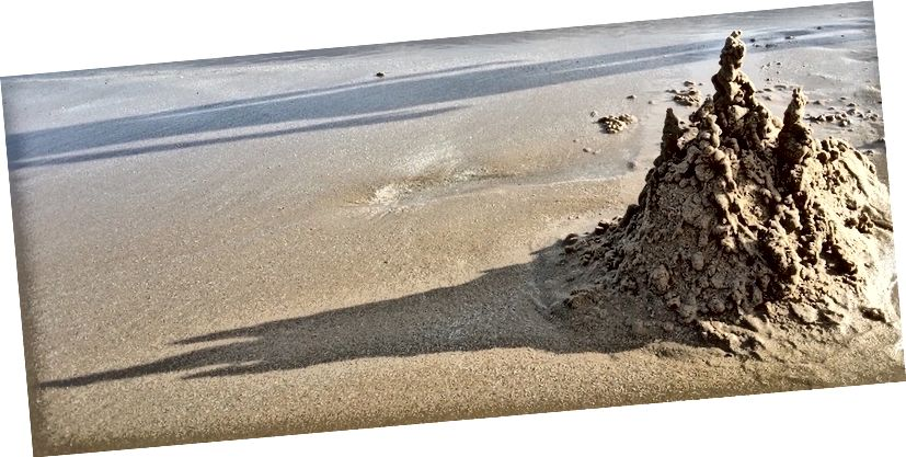 Eine Sandburg ist ein System mit niedriger Entropie. Hier ist eine, die gerade die Entropie erhöht. (Quelle)