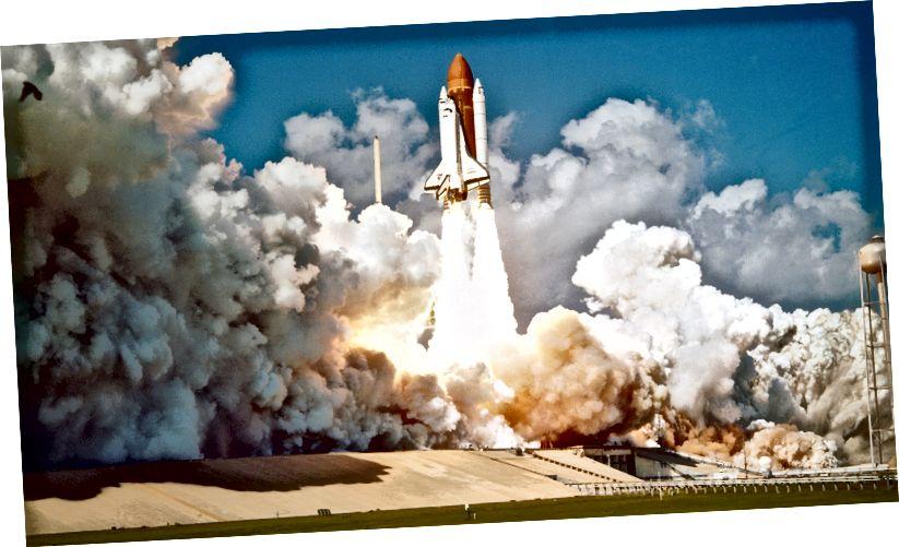 Space-shuttle se podiže pomoću ogromnih kemijskih raketa.