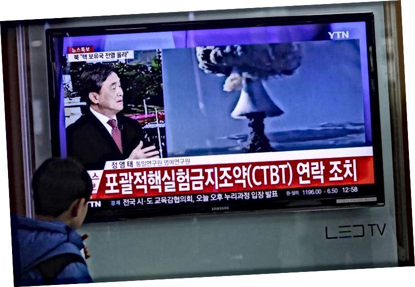 У Південній Кореї звітність про ситуацію є жахливою, але неточною, оскільки показані грибні хмари є десятиліттями та не пов'язані між собою кадрами з північнокорейськими тестами. Кредитна графіка: Яо Кілін / Сіньхуа Прес / Корбіс.