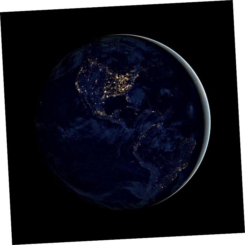 Zemlja noću emitira elektromagnetske signale, ali potreban bi bio teleskop nevjerojatne razlučivosti da bi se stvorila takva slika od svjetlosnih godina daleko. Ljudi su postali inteligentna, tehnološki napredna vrsta ovdje na Zemlji, ali mi u vremenu zauzimamo samo mali dio Zemljine povijesti. (NASA-in Zemaljski opservatorij / NOAA / DOD)