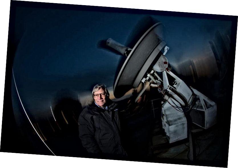 MIT Fizika Bölməsinin professoru Alan Guth, 2014-cü ildə MİT-də damda bir radio teleskopu ilə çəkir. Professor Guth, Kainatın Big Bang'dən əvvəl necə davrandığını izah edən 'İnflyasiya' nəzəriyyəsini fərz edən ilk fizik idi. (Rick Friedman / rickfriedman.com / Corbis Getty Images vasitəsilə)