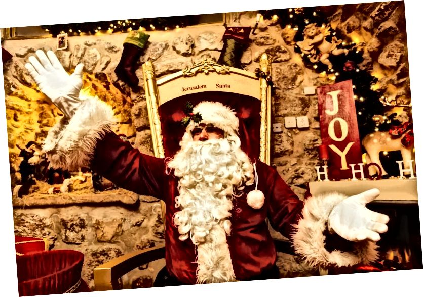 Djed Mraz predao je poklone diljem svijeta, a viđenja su zabilježena na čak neočekivanim mjestima, poput Djeda Mraza u Starom gradu Jeruzalema u Izraelu. (Getty)