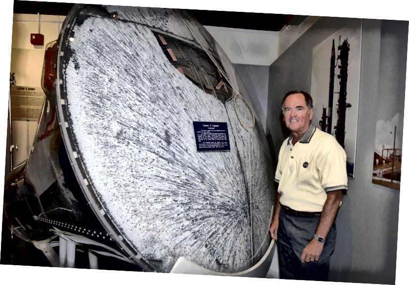 Astronaut Bob Crippen s kapsulom Blizanci-B, te jako ožiljkanim i oštećenim (ali netaknutim!) Toplinskim štitom. Vrlo je teško preživjeti ponovni ulazak u atmosferu brzinama čak i nižim od onih s kojima bi se Djed Mraz vjerojatno susreo, ali možda će nam tehnologija sjevernog pola pružiti upravo ono što trebamo. (NASA / KIM SHIFLETT)