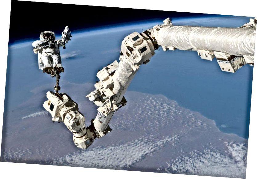 Astronaut Stephen K. Robinson, specijalist misije STS-114, usidren za oslonac za noge na Canadarm2 Međunarodne svemirske stanice, sudjeluje u trećem zasjedanju izvanvetikularnih aktivnosti misije (EVA). Takav usidreni mehanički uređaj lako bi se mogao spojiti na sanjke za Djeda Mraza, ali fizika nudi još bolju opciju. (NASA)