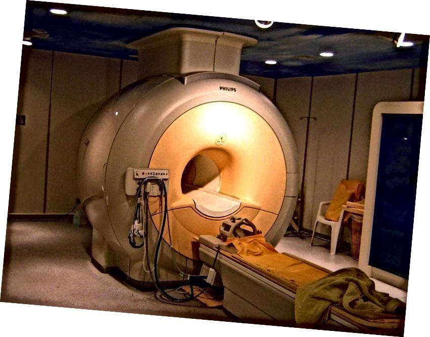 Модерен високо полев клиничен ЯМР скенер, който постига магнитни полета от 3 Tesla. Силата на полето може да се постигне само със свръхпроводящи магнити, които налагат използването на течен хелий. ЯМР апаратите са най-голямата медицинска или научна употреба на хелий днес. Кредитно изображение: потребител на Wikimedia Commons KasugaHuang.