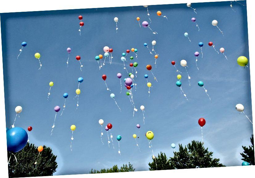 Балони с хелий, където по-голямата част от хелия вътре ще избяга от Земята. Кредитно изображение: HilkeFromm / Pixabay.