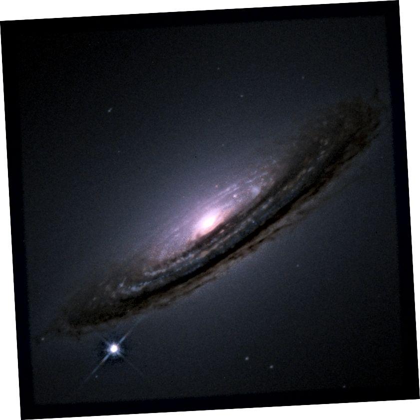 """Vienu brīdi 1.a tipa supernova apsteidz visu galaktiku. Šis gaišums padara tos par perfektu """"standarta sveci"""" - objektu, ko var izmantot, lai noteiktu astronomiskos attālumus (NASA / ESA.)"""