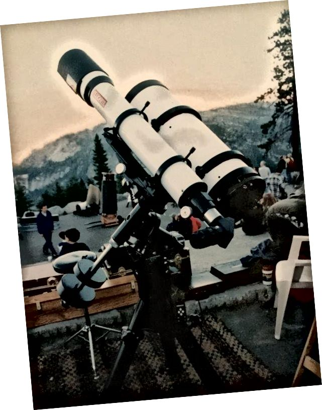 Autorove hlavné nastavenie astrofotografie zobrazené na Glacier Point v Yosemite. Na nemeckej rovníkovej hore Losmandy G11 sedí menší vodiaci lúč na ľavej strane pre vedenie a 8