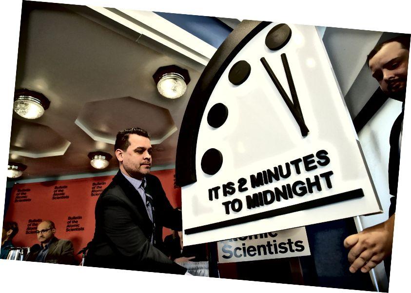 Το Δελτίο των Ατομικών Επιστημόνων αποκαλύπτει το «Doomsday Clock» του 2018 στις 25 Ιανουαρίου 2018 στην Ουάσιγκτον, DC. Επικαλούμενος τους αυξανόμενους πυρηνικούς κινδύνους και τους ανεξέλεγκτους κλιματικούς κινδύνους, η ομάδα μετακίνησε το ρολόι σε δύο λεπτά πριν από τα μεσάνυχτα, 30 δευτερόλεπτα πιο κοντά και το πλησιέστερο ήταν από το ύψος του Ψυχρού Πολέμου το 1953. Φωτογραφία: Win McNamee / Getty Images