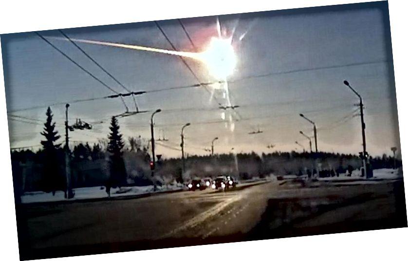 चेल्याबिंस्क आग का गोला चेल्याबिंस्क के उत्तर में कामेंस्क-उरलस्की से एक डैशकैम द्वारा दर्ज किया गया था जहां यह अभी भी सुबह थी। (प्लैनेटरी सोसाइटी संस्थान)