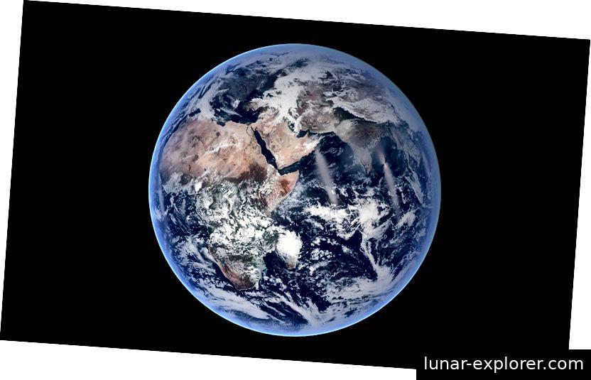 Dieses Bild aus blauem Marmor von der NASA zeigt, wie perfekt die Kugel der Erde tatsächlich ist. Aufgrund ihrer Rotation hat die Erde am Äquator jedoch eine leichte Ausbuchtung von 41 km, was sie zu einem abgeflachten Sphäroid macht.