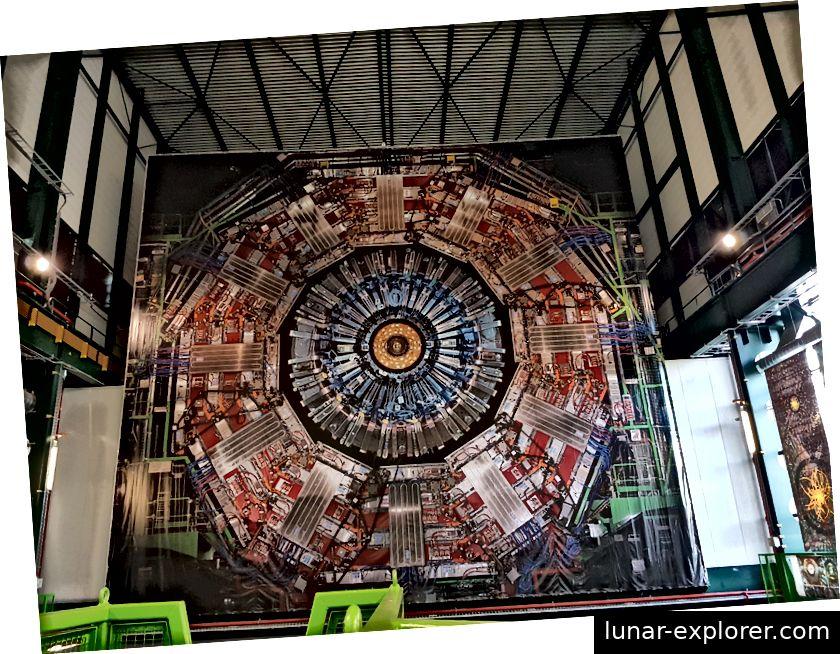 Zeigen Sie das Foto des CMS-Detektors in der Montagehalle an. In dieser großen Halle wurde das Gerät testweise zusammengebaut, bevor es vor dem Display in Scheiben heruntergelassen wurde, um auf dem stabilen Untergrund des Festgesteins montiert zu werden.