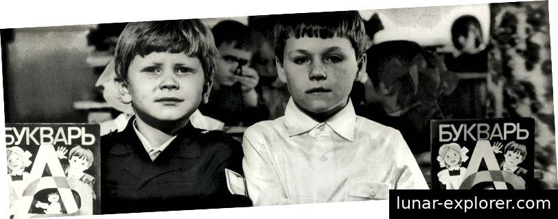 Mein Bruder (links) und sein Klassenkamerad in der ersten Klasse mit der sowjetischen Version eines Alphabetbuchs brachten Kindern das Lesen und Schreiben bei.
