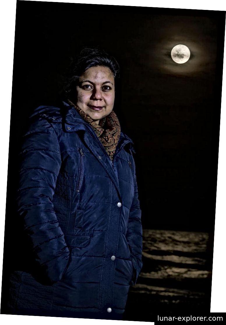 Ananya Mallik von URI, gezeigt unter dem Mond, was sie der Welt hilft, besser zu verstehen. Bildnachweis: Nora Lewis