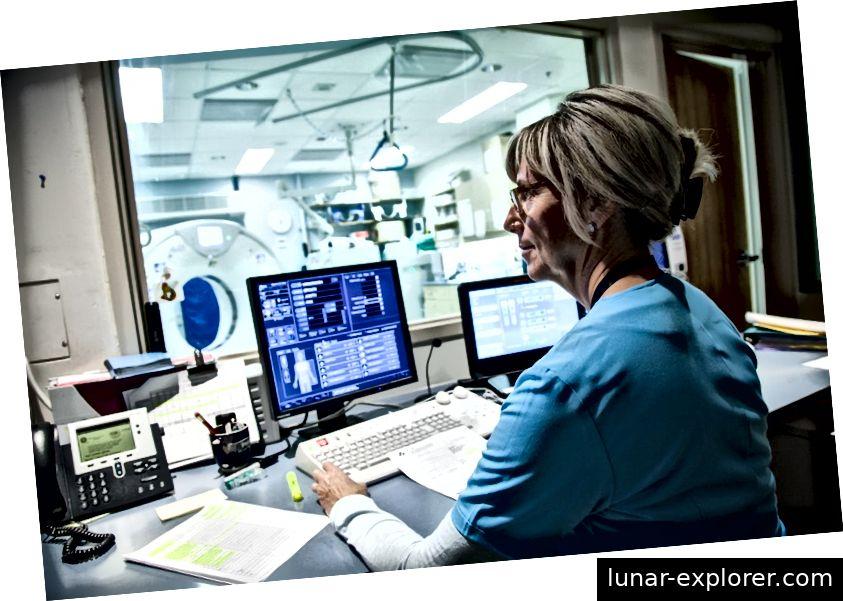 Ein Arzt untersucht manuell die MRI-Bilder der Patienten
