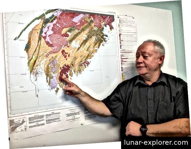 Der Provinzgeologe Dr. Chris White half bei der Identifizierung der sardischen Lücke in einem Teil von Nova Scotia.