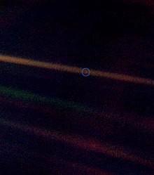 Ist ein Foto der Erde, das am 14. Februar 1990 von der Voyager 1 aus einer Entfernung von ungefähr 6 Milliarden Kilometern aufgenommen wurde?