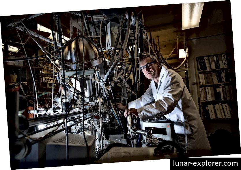 Konstantinos Giapis posiert mit der Maschine, die Kohlendioxid in Sauerstoff umwandeln kann. Bildnachweis: Caltech