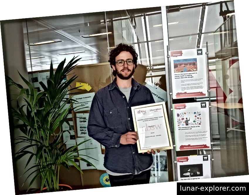 Alex Riley mit seiner Auszeichnung im Mosaic-Büro