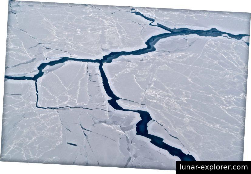 Erwärmende Ozeane führen zu Rissen im arktischen Meereis.