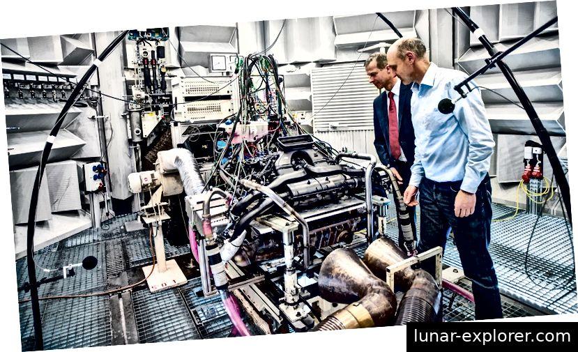 Orchesterprobe: Dr. Bernhard Pfäfflin (links) und Bernd Müller führen einen Soundcheck am Sechszylinder durch. Bildnachweis: Porsche AG