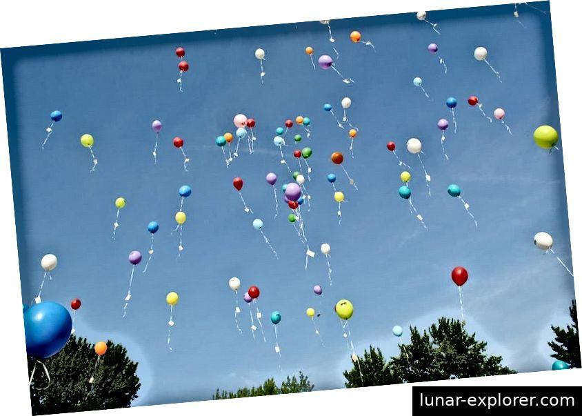 Jedes Mal, wenn wir einen einzelnen Ballon mit Helium füllen, zerstören wir praktisch alle in diesem Ballon vorhandenen Heliumatome zu einem Schicksal, bei dem sie der Erdatmosphäre entkommen. In nur wenigen Jahrzehnten erschöpfen wir ein natürliches Angebot, für dessen Aufbau Milliarden von Jahren benötigt wurden. (HILKEFROMM / PIXABAY)