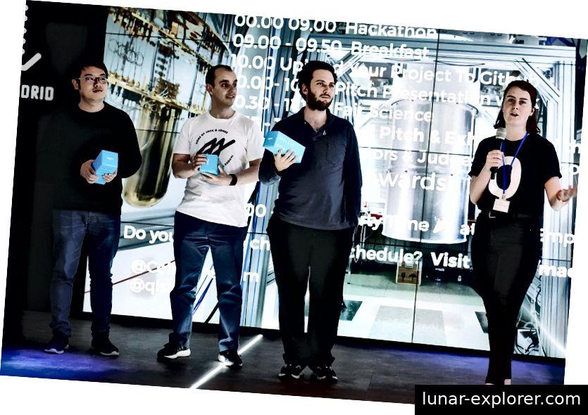 Maddy Tod präsentiert die Gewinner Xiang Nan Wu Wu, Enrique de la Torre und Daniel Bultrini (Foto von Paul Searle)