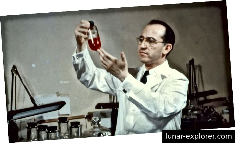 Jonas Salk hält seinen Impfstoff