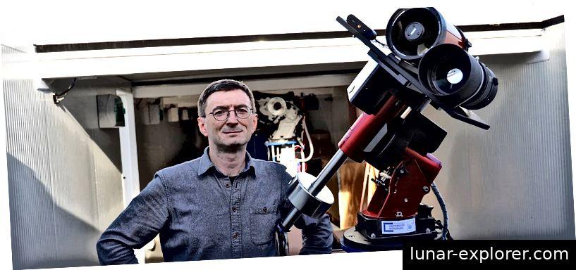 Hakan Kayal neben dem neuen Teleskop zur Untersuchung von TLPs. Bildnachweis: Tobias Greiner / Universität Würzburg