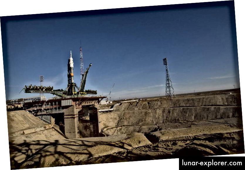 Die Sojus-Rakete für die Expedition 19 wurde am 24. März 2009 auf der Startrampe im kasachischen Kosmodrom Baikonur in Position gebracht. Bildnachweis: NASA / Bill Ingalls.